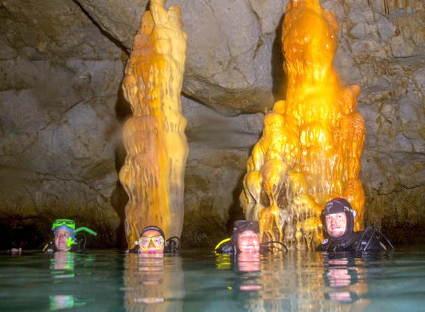 drapanos-cave-mit-tauchern