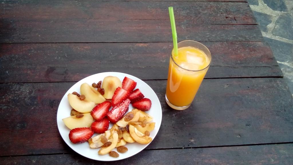 Gelbe Pflaumen, Mispeln, Erdbeeren, Rosinen mit Orangensaft