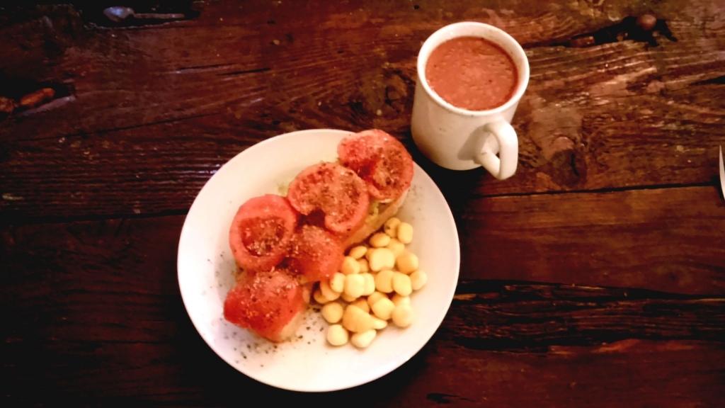 Brot mit Gurke, Tomate, Lupinen und Tomatensaft