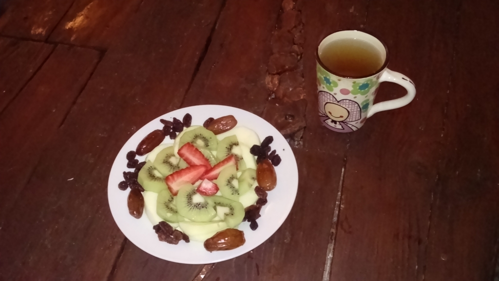 Fastenfruehstuck Apfel Kiwi Erdbeere Trockenobst