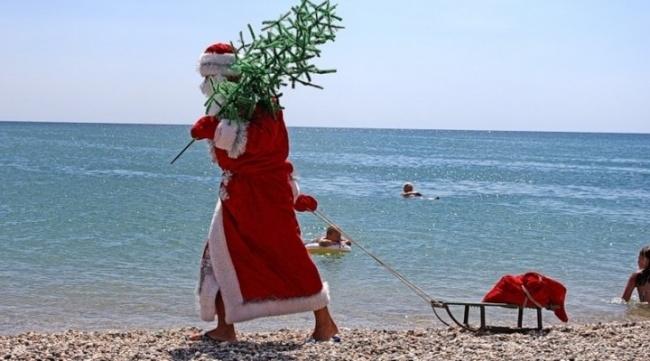 Weihnachtsmann am Meer