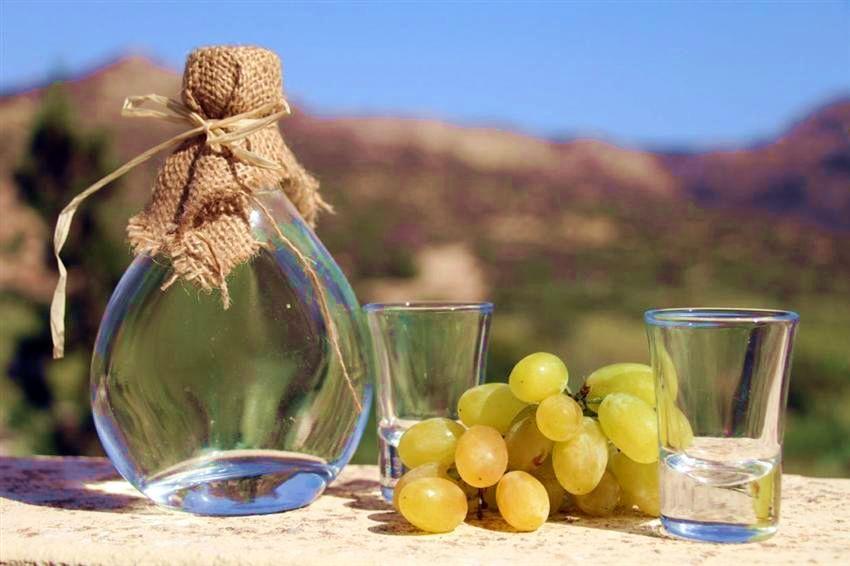 Raki und Weintrauben
