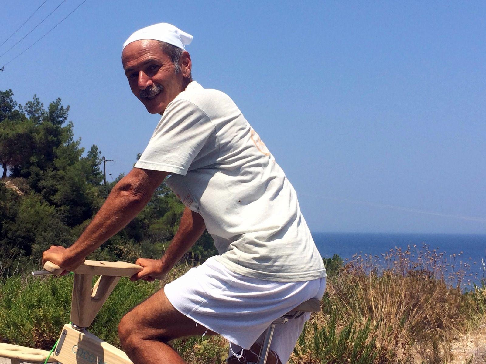 Paul Efmorfidis auf seinem Holzrad