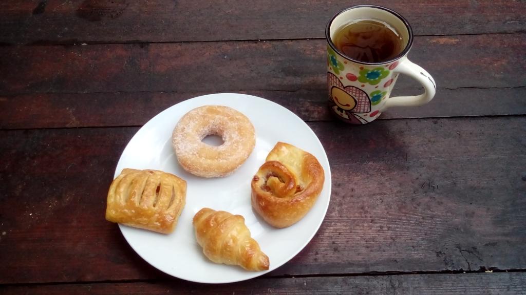 Fastenfruehstueck mit Gebaeck und Tee