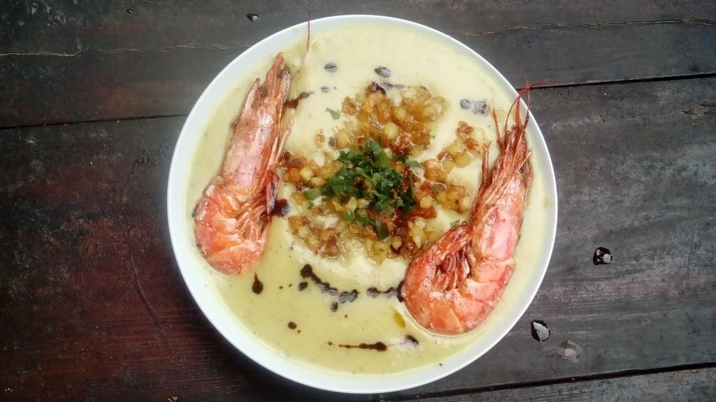Kartoffelsuppe mit Garnelen und Kartoffelcroutons