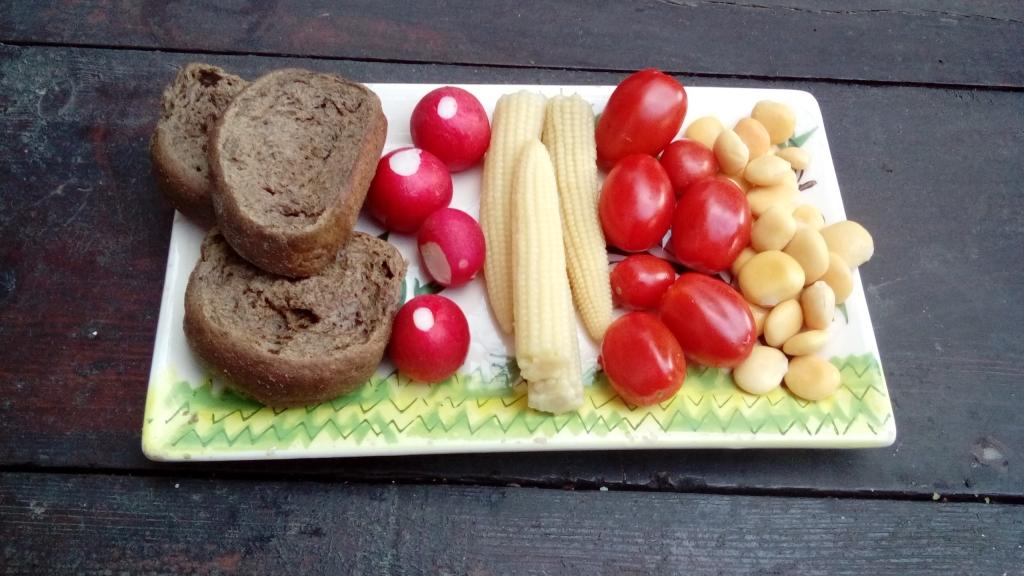 Paximadi, Radieschen, Maiskoelbchen, Tomaten und Lupinen