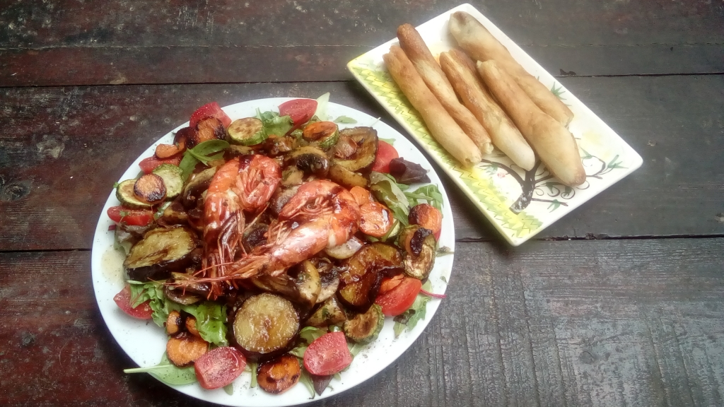 Salat mit gegrilltem Gemuese und Skordopsomo