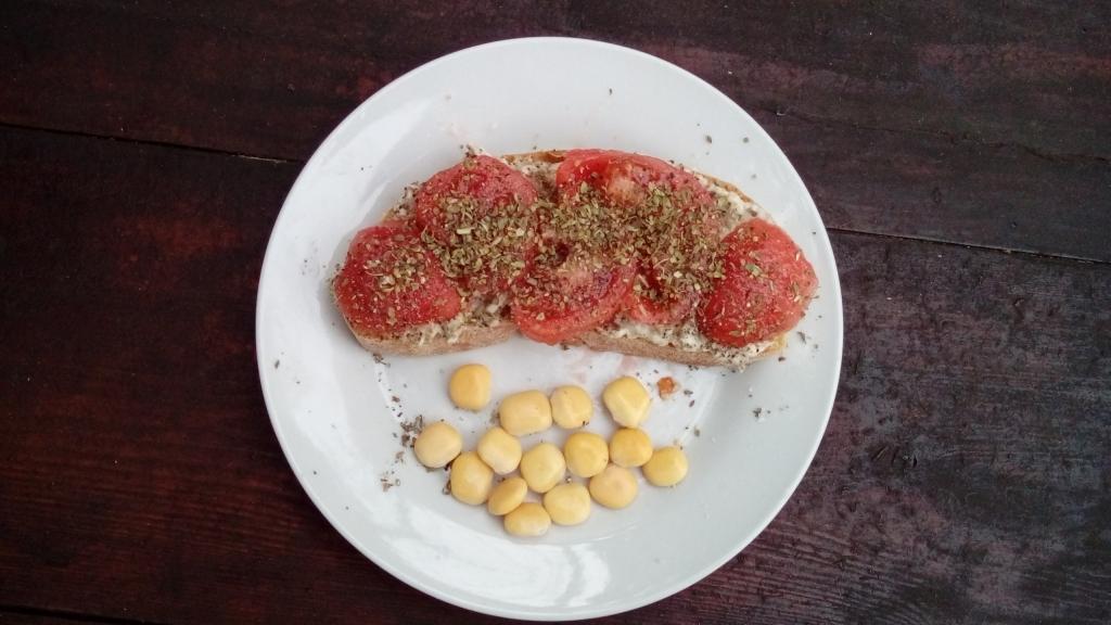 Brot mit Auberginenaufstrich und Tomaten