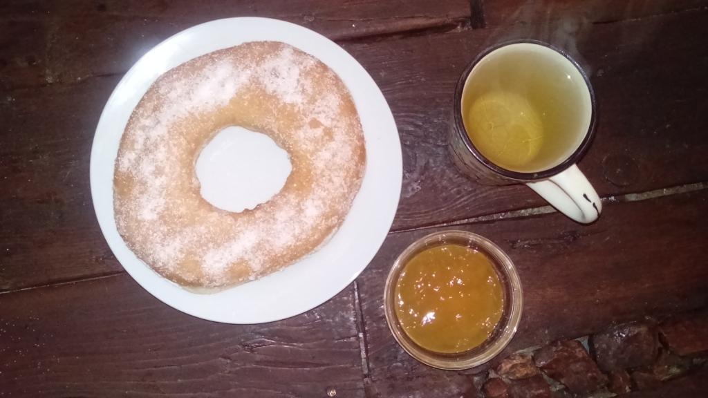 Donut mit Marmelade und Tee