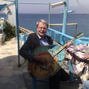 matala-arn-mit-gitarre